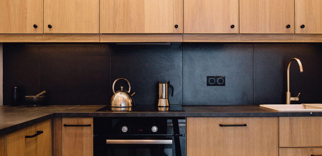 kuchnia drewno, czerń, minimalizm