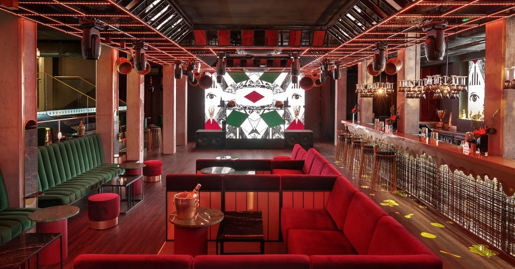 wnętrze klubu, sofy, ekrany ledowe
